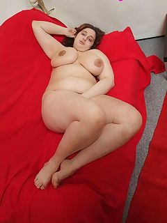 Watch seductive chubby chick buffin' the muffin